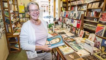 «Für mich ist jeder Tag wie Weihnachten»: Dorette Paraventi in ihrer Buchhandlung am Petersgraben 18.