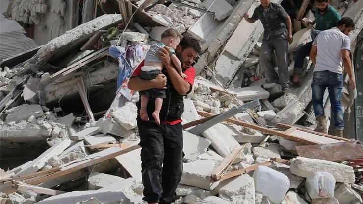 Einwohner in Aleppo in den Trümmern ihrer Häuser.Abdalrhman Ismail/Reuters