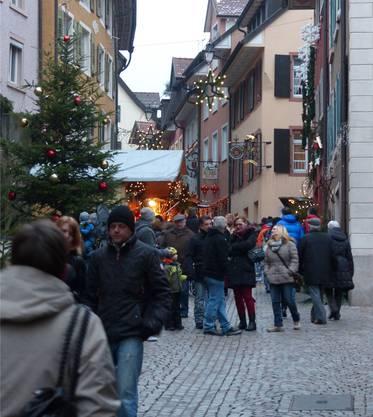 Der Weihnachtsmarkt ist auch Ort der guten Begegnungen in den Altstadtgassen.