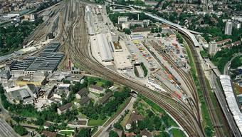 Zwischen den Geleisen (mitte-rechts im Bild) ist ein neuer Stadtteil denkbar. Unten im Bild: St. Jakob, oben: Bahnhof SBB.