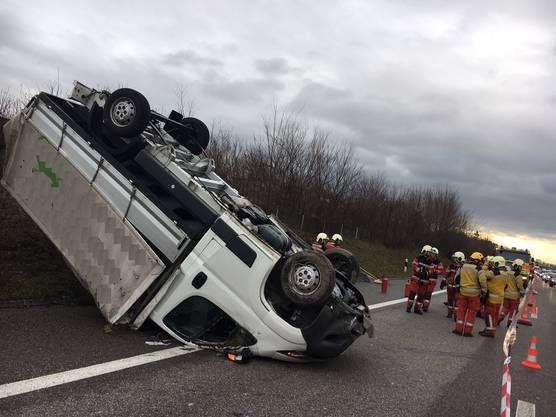 Ein Lieferwagen kam auf der Oberlandautobahn A53 von der Fahrbahn ab, überschlug sich und landete auf dem Dach. Zwei Personen, ein 36-jähriger Mann und eine 24-jährige Frau, wurden verletzt. Die Autobahnbahn musste für die Bergung gesperrt werden. Der Sachschaden wird auf mehrere zehntausend Franken geschätzt.