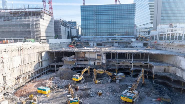 Die Roche-Baustelle ist 140 Meter lang, 70 Meter breit und zur Zeit 23 Meter tief.
