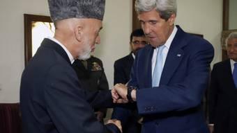 """Kerry (r., mit Präsident Karsai): """"Sehr, sehr kritischen Zeitpunkt"""""""