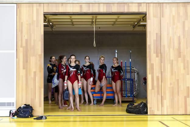 Die Turnerinnen warten auf ihren Wettkampf.01