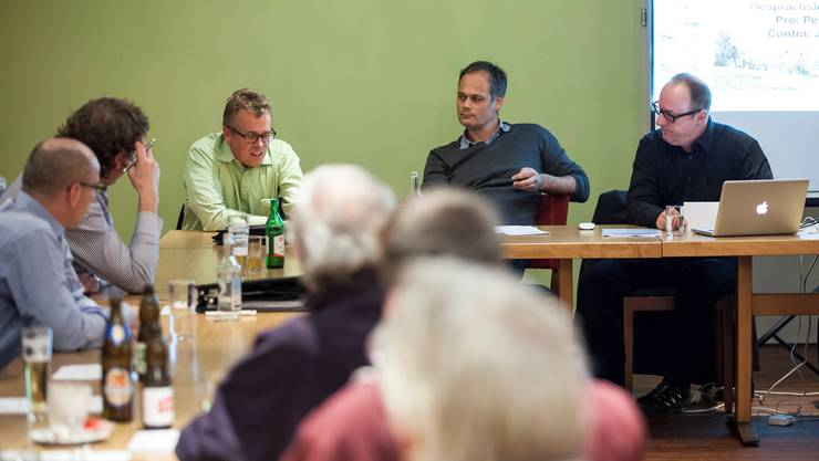 SWG-Geschäftsleiter Per Just (links) und ProGrenchen-Co-Präsident Jürg Allemann lieferten sich einen spannenden Schlagabtausch in der Podiumsdiskussion, geleitet von Redaktor Oliver Menge (az Grenchner Tagblatt, rechts.