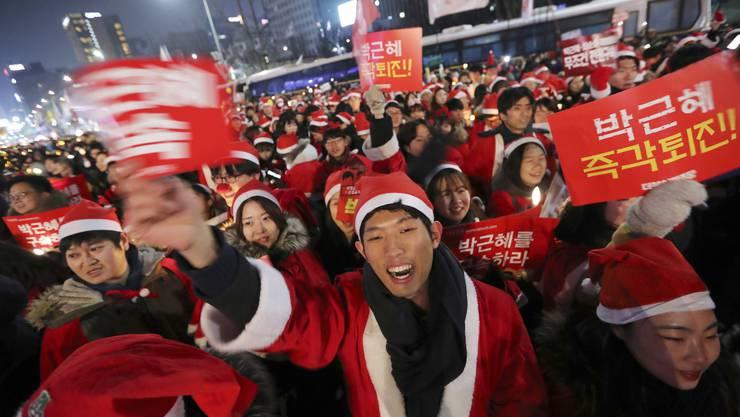 Demonstranten in Weihnachtsmann-Kostümen gingen gegen Präsident Park auf die Strasse.