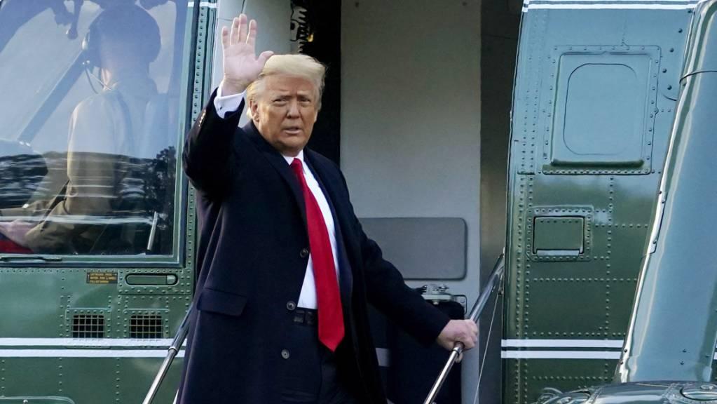 ARCHIV - Donald Trump, damaliger Präsident der USA winkt, während er auf dem Südrasen des Weißen Hauses in die Marine One steigt. Foto: Alex Brandon/AP/dpa