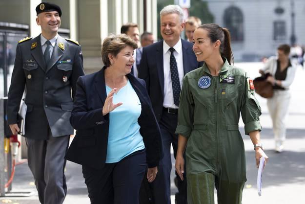 Viola Amherd mit Militärpilotin Fanny Chollet (rechts), Armeechef Thomas Süssli (hinten links) und Rüstungschef Martin Sonderegger (hinten rechts) auf dem Weg zu einer Medienkonferenz.