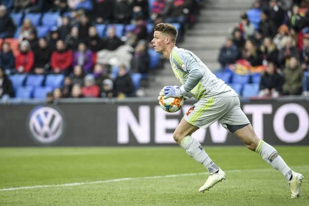 GC wagt in der ersten Halbzeit einen einzigen, mutigen Torschuss: FCB-Torhüter Jonas Omlin hat heute nicht gerade viel zu tun.