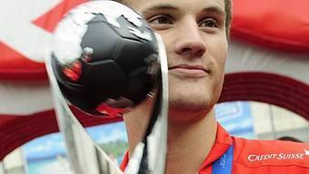 Haris Seferovic präsentiert den gewonnenen WM-Pokal