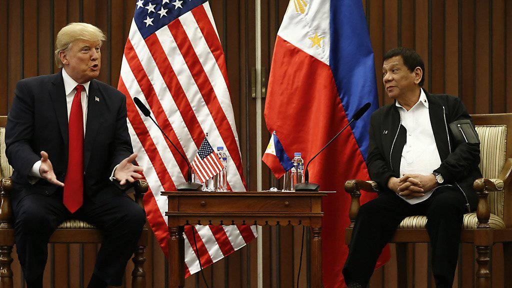 US-Präsident Donald Trump (links) verzichtete bei einem Treffen mit dem philippinischen Staatspräsidenten Rodrigo Duterte darauf, dessen brutales Vorgehen im Kampf gegen Drogen anzusprechen.