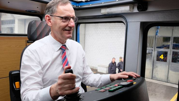 Beliebte Jubiläumsattraktion: Auch Sicherheitsdirektor Mario Fehr (SP) durfte gestern den Wasserwerfer ausprobieren.