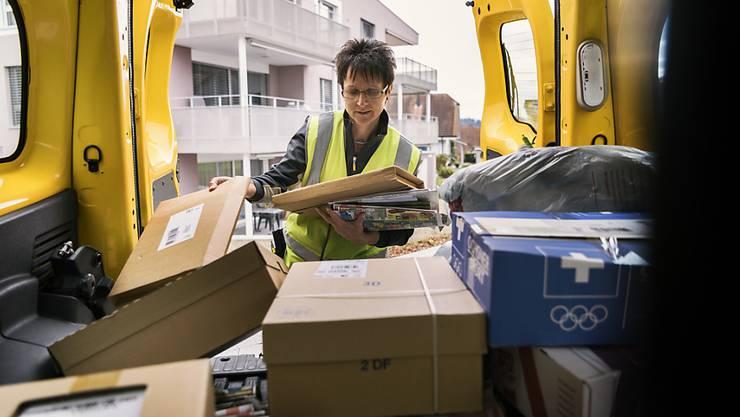 """Die Mehrzahl der rund 1800 Paketboten der Schweizerischen Post erhält dank einer Optimierung des neuen Arbeitszeitsystems """"mytime"""" rückwirkend mehr Lohn. (Archivbild)"""