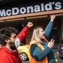 """Mitglieder der Gewerkschaft Unia protestieren gegen """"inakzeptable Arbeitsbedingungen"""" beim McDrive in Crissier VD."""