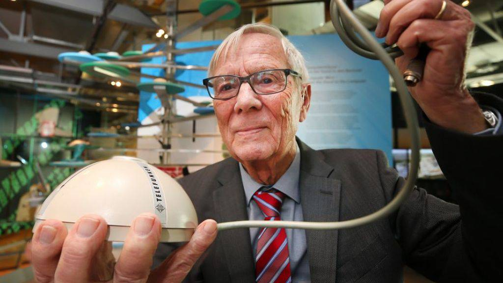 Der Elektroingenieur Rainer Mallebrein zeigt die von ihm entwickelte erste Computermaus. Weltweit gibt es nur noch vier Exemplare.