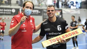 TVE-Geschäftsführer Christian Villiger (l.) mit Schutzmaske bei der Best-Player-Ehrung mit Badens Pascal Bühler.
