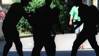 Ein junger Mann wurde von Unbekannten verprügelt und beraubt. (Symbolbild)