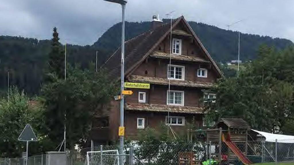 Der Schwyzer Heimatschutz will den Abriss dieses Bauernhauses in Pfäffikon verhindern.