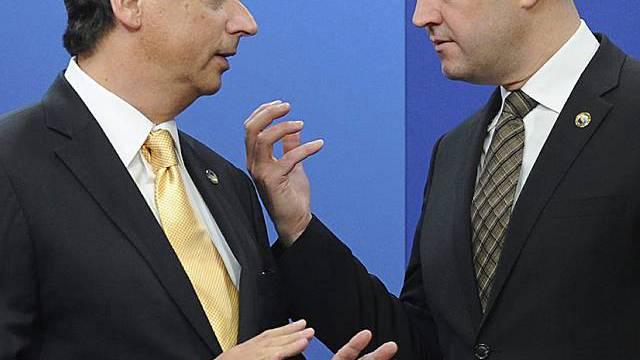 Premierminister Fischer (l.) kann einen Erfolg vermelden