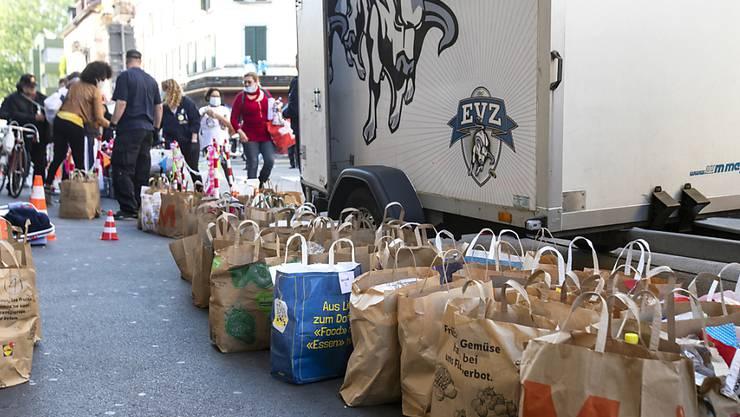 """An der Zürcher Langstrasse verteilt der Verein """"incontro"""" kostenlose Lebensmittel. Am vergangenen Samstag bildeten sich hunderte Meter lange Schlangen."""