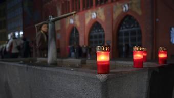 Grablichter brennen am nicht stattfindenden Morgestraich vor dem Rathaus am Marktplatz in Basel. (KEYSTONE/Georgios Kefalas)