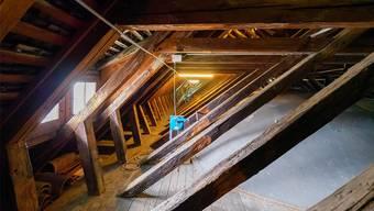 Ein Blick in den Dachstock des Zürcher Grossmünsters: Wie das Notre-Dame-Dach besteht er aus Holz.