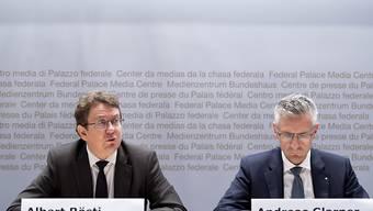 SVP-Präsident Albert Rösti (BE) und SVP-Nationalrat Andreas Glarner (AG) an einer Medienkonferenz gegen den Uno-Migrationspakt. Skepsis gibt es auch in den Reihen der FDP und CVP. (Archiv)