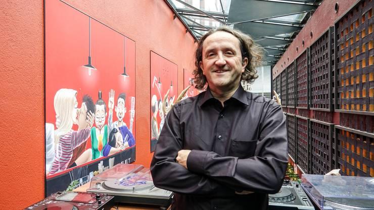 Silvan Wegmann vor einem Teil seines riesigen Cartoons im Badener Hirschli (Bild ub)