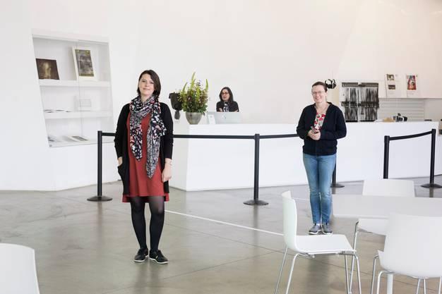 Das Aargauer Kunsthaus öffnet seine Türen, nachdem es wegen der Coronapandemie für mehrere Wochen schliessen musste. Interimsdirektorin: Sandra Walder und Kommunikationsverwantwortliche Christina Omlin (v.l.) freuen sich, wieder vor Ort arbeiten zu dürfen.