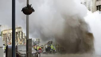 """Bei der Explosion einer Dampfleitung in New York sind fünf Menschen von herumfliegenden Gegenständen getroffen und """"sehr leicht verletzt"""" worden."""