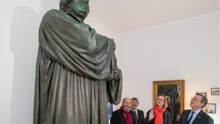 """Der japanische Künstler Tatzu Nishi hat Luther in Eisenach vom Sockel geholt und auf ein Bett gestellt. """"Mit Martin Luther im Bett"""" heisst seine Installation"""