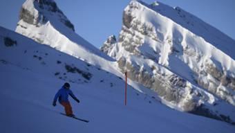 Welche Kräfte beim Skifahren auf den Körper einwirken zeigt eine neue App, mit der die Suva Unfälle vermeiden will. (Symbolbild)