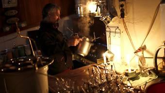 Ein Teeverkäufer bei Kerzenlicht in den Strassen von Istanbul