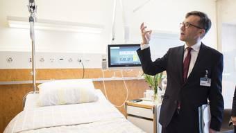 Spitaldirektor Erwin Carigiet spricht in einem Zimmer im Bettenhaus Triemli.