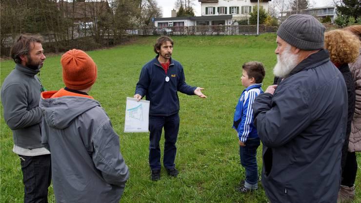 Franz Weber von der Interessengemeinschaft Oase-Islerareal erläutert die Pläne der Parkgestaltung.