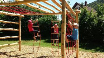 In neuem Glanz: Das Klettergerüst aus Akazienholz wurde nach der Fertigstellung umgehend von Kindern in Beschlag genommen.