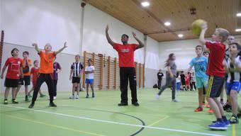 Gesunde Bewegung, Spass am Sport und ein stärkerer Zusammenhalt – etwa so könnte «DC Sports» aussehen. Im Bild ein Basketballtraining mit dem amerikanischen Star Richard Carter im Schulhaus Wolfsmatt im Jahr 2015. (Archiv)