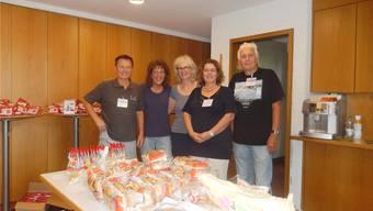 Walter Knellwolf, Judith Trüssel, Käthy Signorini, Birgit Friedrich und Willy Berger (v.l.) helfen freiwillig mit in der neuen Geschäftsstelle von «Tischlein deck dich».