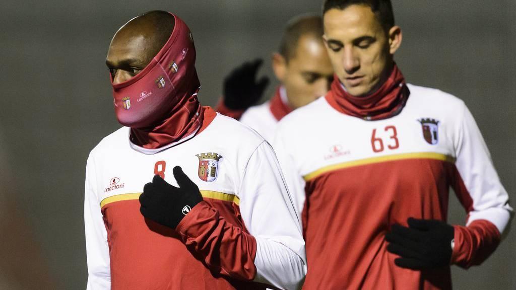 Bragas Spieler kämpfen während dem Training im Wallis gegen die Kälte.
