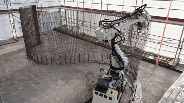 """Der mobile Roboter """"In Situ Fabricator"""" webt ein Stahlgitter, das sowohl als Gussform als auch als Stabilisator für Betonwände dient. Dadurch sind kunstvoll gewellte Formen möglich."""
