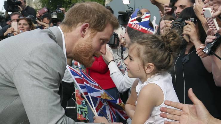 Zusammen mit seinem älteren Bruder, Prinz William, spazierte er am Freitag vor Schloss Windsor an Fähnchen schwenkenden Zuschauern entlang.