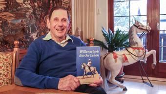Christian Liersch mit seinem Buch, dessen Titelbild den reitenden Konditor zeigt. Andrea Weibel