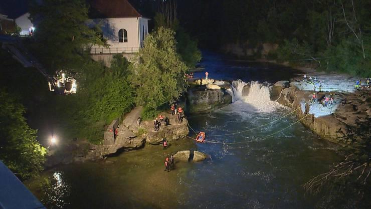 Zwei Personen bei der Thurbrücke zwischen Brübach und Henau in einen Wasserfall geraten.