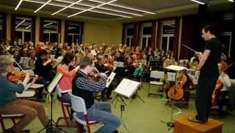 Der Konzertverein probt unter der Leitung von Dirigent Andreas Meier-Oulevey für das Requiem.