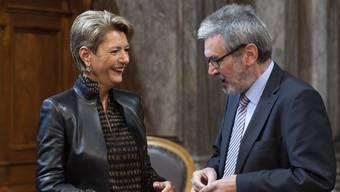 FDP-Ständerätin und Bundesrats-Topfavoritin Karin Keller-Sutter im Gespräch mit Roberto Zanetti (SP/SO).