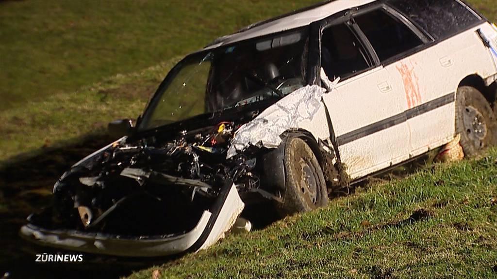 Auto fliegt 20 Meter: Vier Männer verletzt