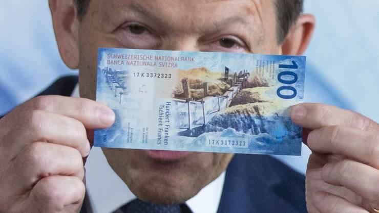 Das grosse geldpolitische Thema: Negativzinsen. Wie schädlich sind sie? Was bedeuten sie für Kleinsparer? Ist Bargeld wie die neue 100er-Note im Banksafe bald günstiger als auf dem Konto?