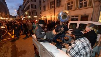 Vier Musiker auf einem alten Citroën und etliche Schaulustige feierten gestern die autofreie Rheingasse.