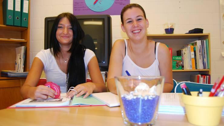 Freude über die Lernwerkstatt: Die beiden Lernenden Hauswirtschaft Chantal Müller und Patricia Schmid.