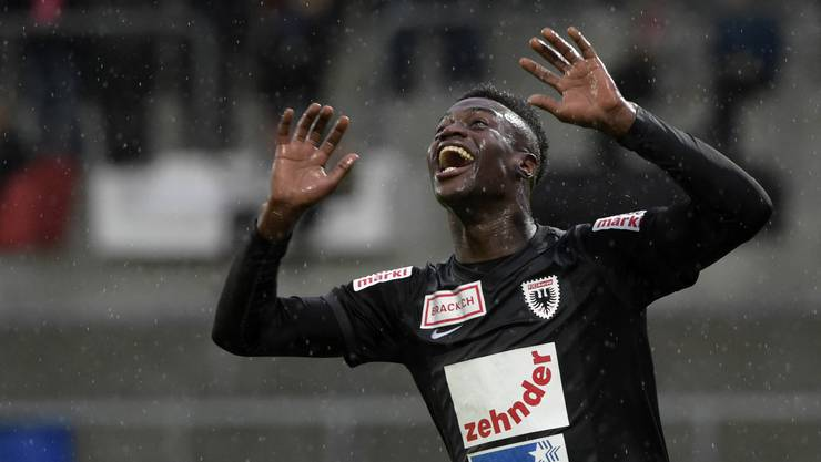 Ridge Mobulu freut sich trotz strömenden Regen über den Sieg gegen Winterthur.